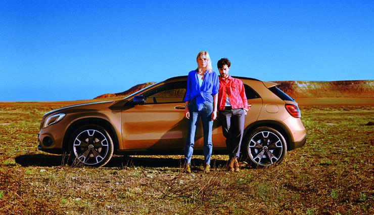 Foto Mercedes mit Pärchen davor stehend